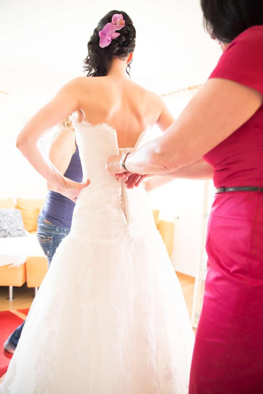 Braut macht sich für die Hochzeit fertig