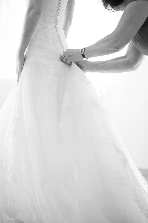 Hochzeitskleid Anziehen Braut